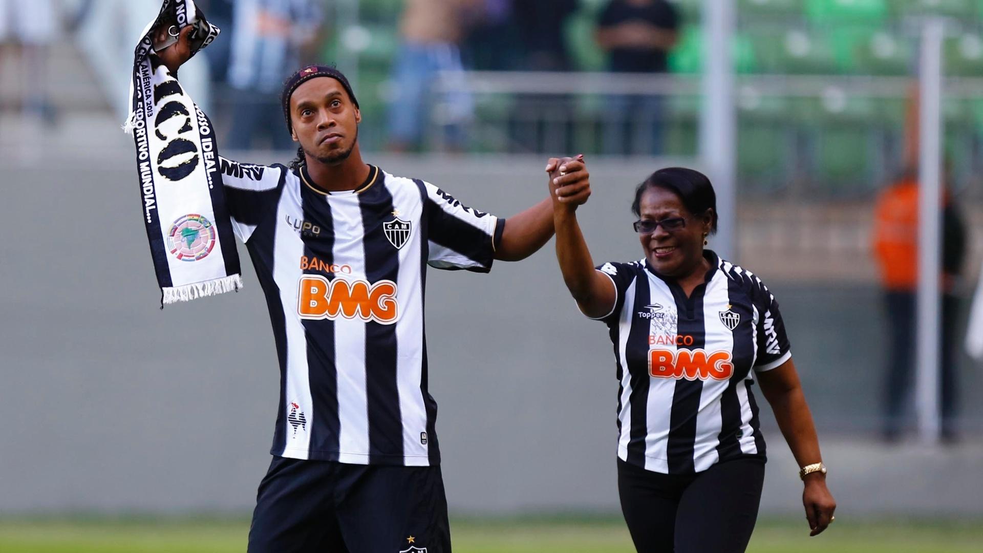 12.mai.2013 - Ronaldinho Gaúcho leva a mãe até o gramado para ser homenageada pelos torcedores atleticanos antes do jogo contra o Cruzeiro