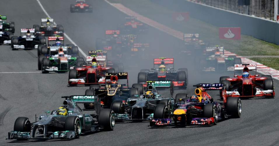 12.mai.2013 - Sebastian Vettel (d) ultrapassou Lewis Hamilton na largada do GP da Espanha e partiu para o ataque sobre Nico Rosberg