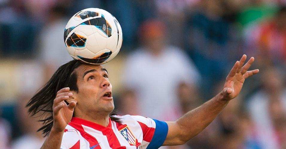 Atacante Falcao García equilibra a bola na cabeça no jogo entre Atlético de Madri e Barcelona
