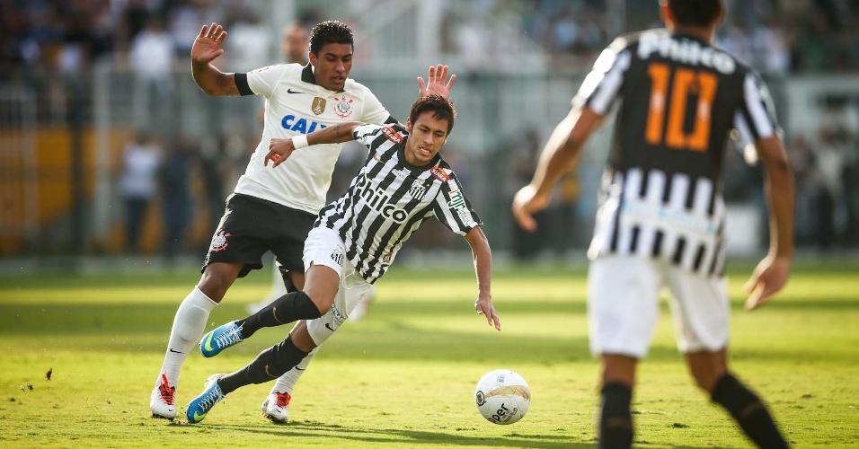 Atacante Neymar (listrado) tenta fugir da marcação de Paulinho
