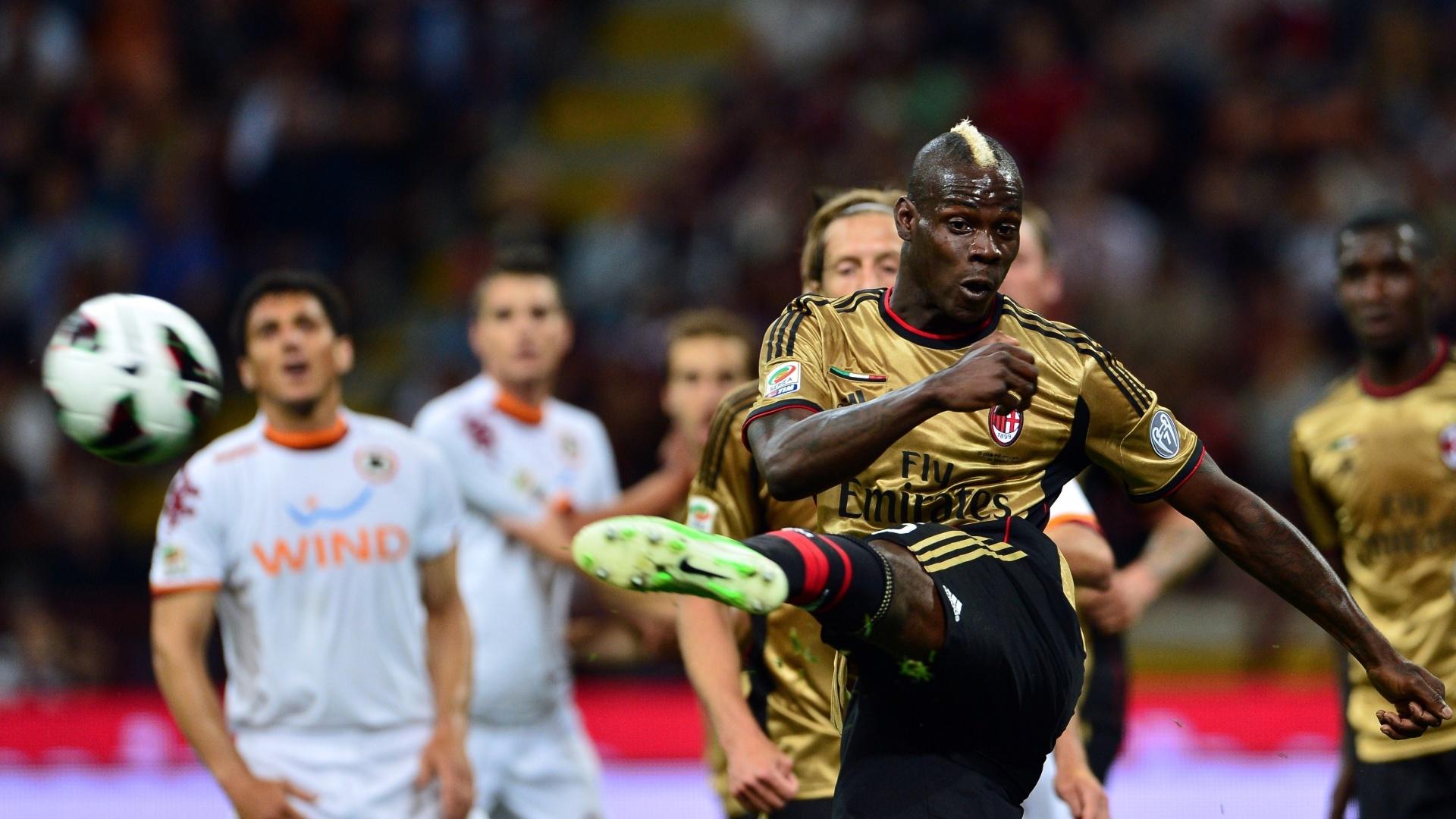 Com estilo, atacante italiano Mario Balotelli chuta no clássico Milan e Roma