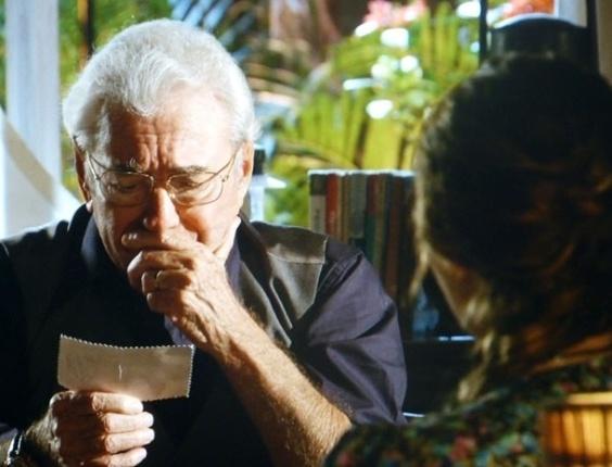 """Em """"Flor do Caribe"""", Samuel confirma que Dionísio traiu sua família no passado"""