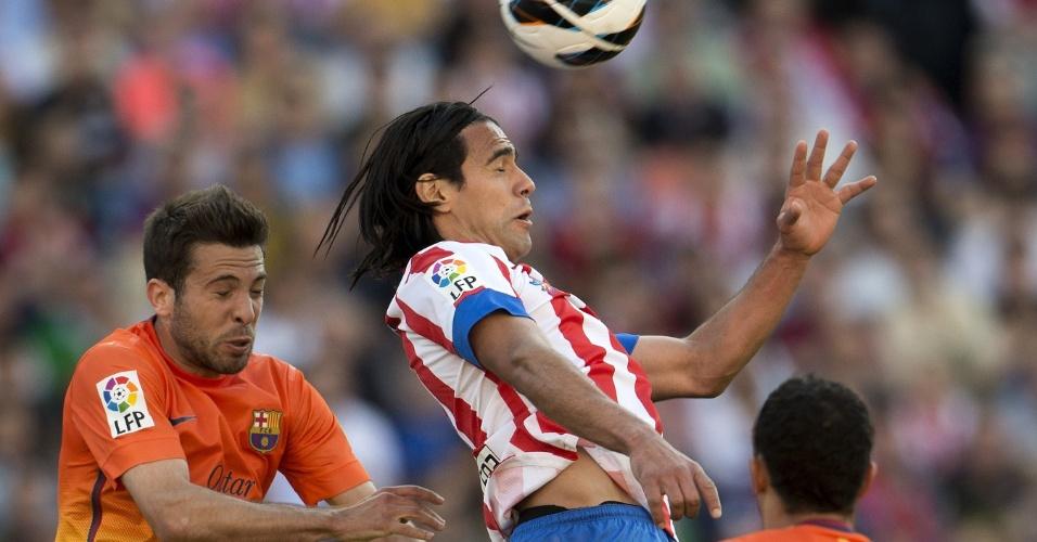 Falcao García cabeceia a bola no jogo entre Atlético de Madri e Barcelona