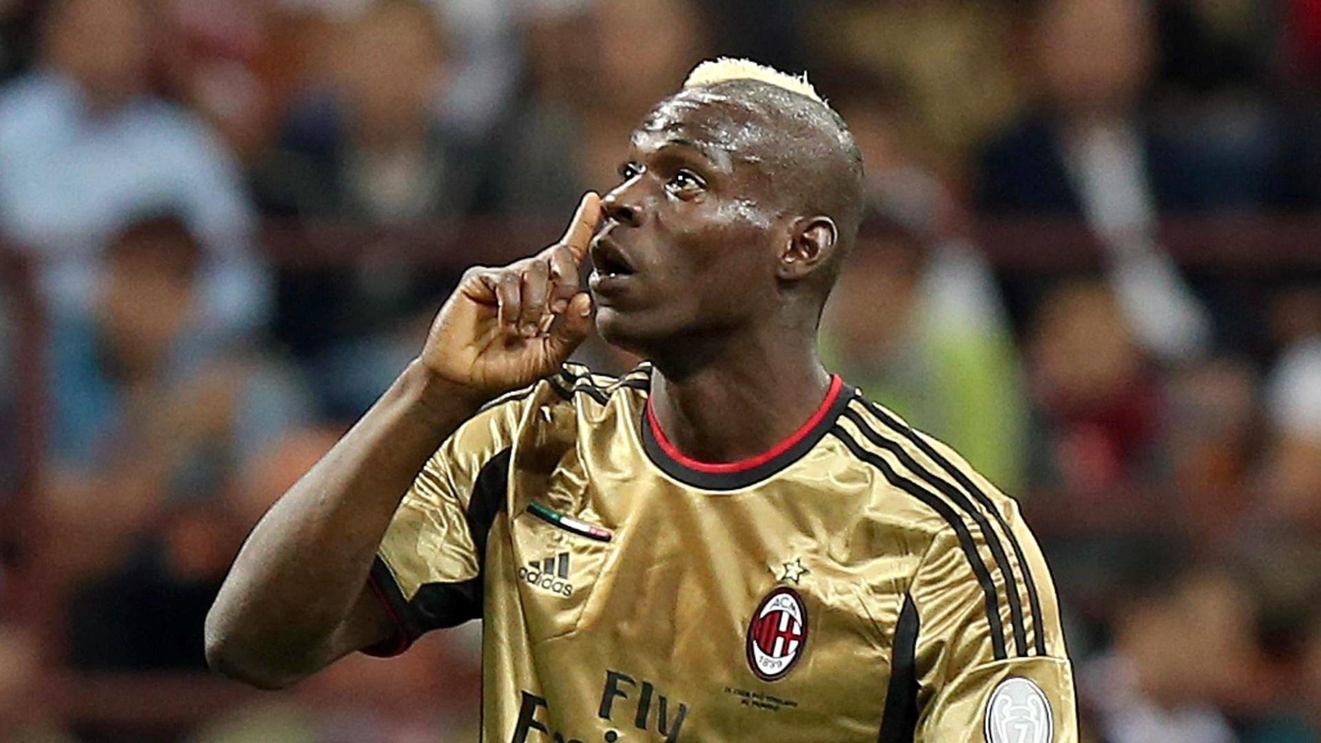 12.mai.2013 - No jogo entre Milan e Roma, Mario Balotelli manda torcida romana se calar após manifestações racistas contra jogadores negros