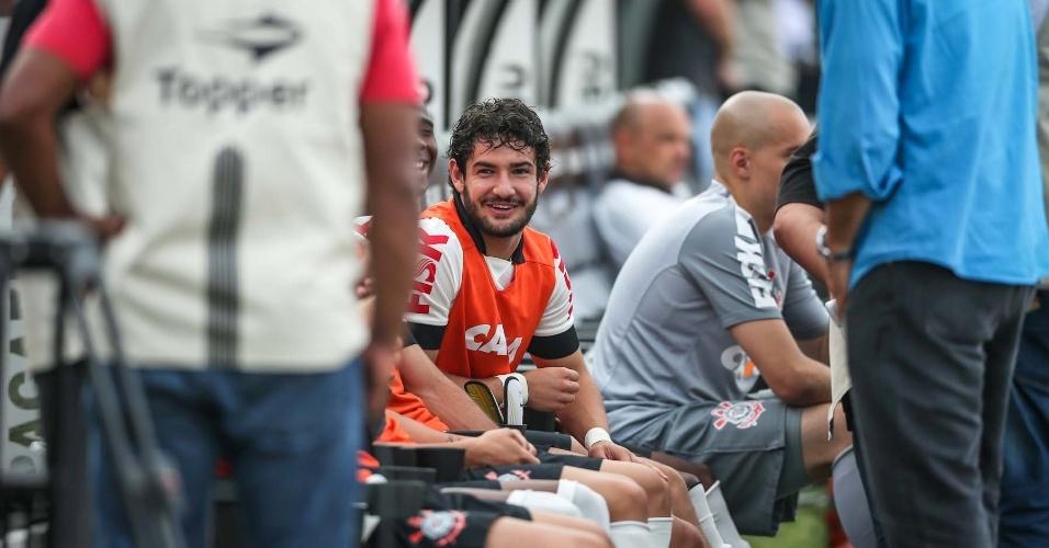 Pato sorri no banco do Corinthians antes do clássico contra o Santos pela final do Campeonato Paulista
