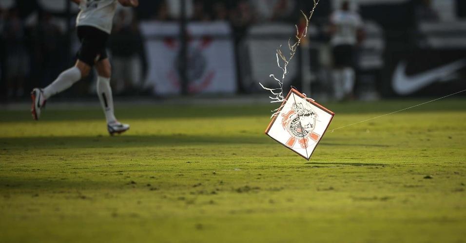 Pipa com a bandeira do Corinthians cai no gramado durante a final do Campeonato Paulista