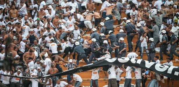 Torcida do Santos briga com a polícia nas arquibancadas do Pacaembu na final do Paulistão contra o Corinthians em 2013