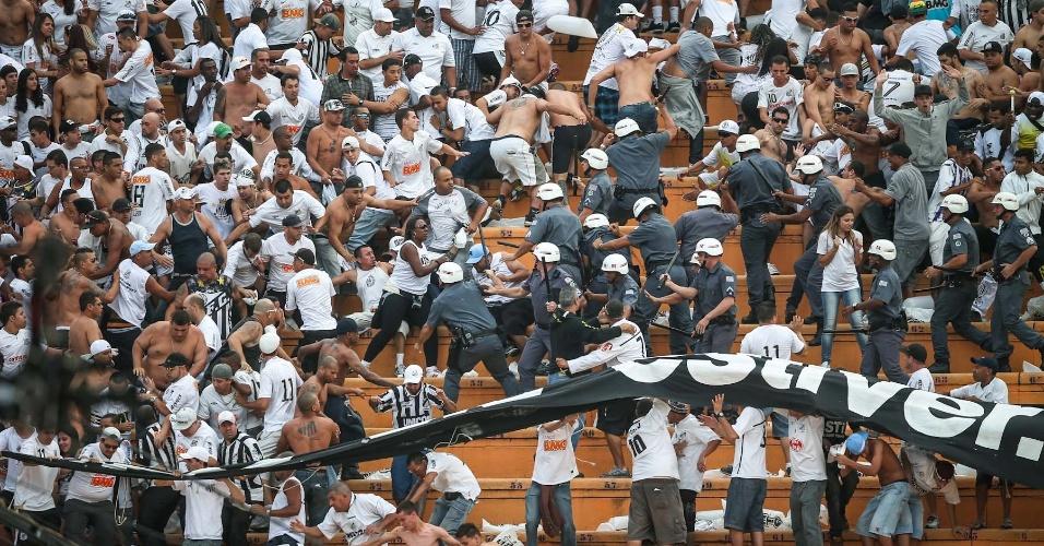 Torcida do Santos briga com a polícia nas arquibancadas do Pacaembu na final do Paulistão contra o Corinthians