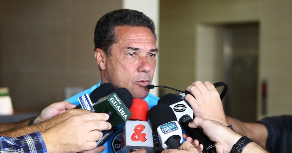 Vanderlei Luxemburgo concede entrevista após jogo-treino do Grêmio em Bogotá (12/05/13)