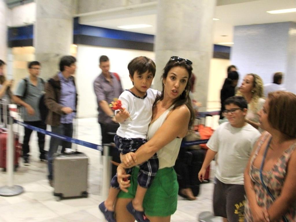 11.mai.2013 - Ivete Sangalo é fotografada com o filho Marcelo no aeroporto Santos Dumont, no Rio de Janeiro