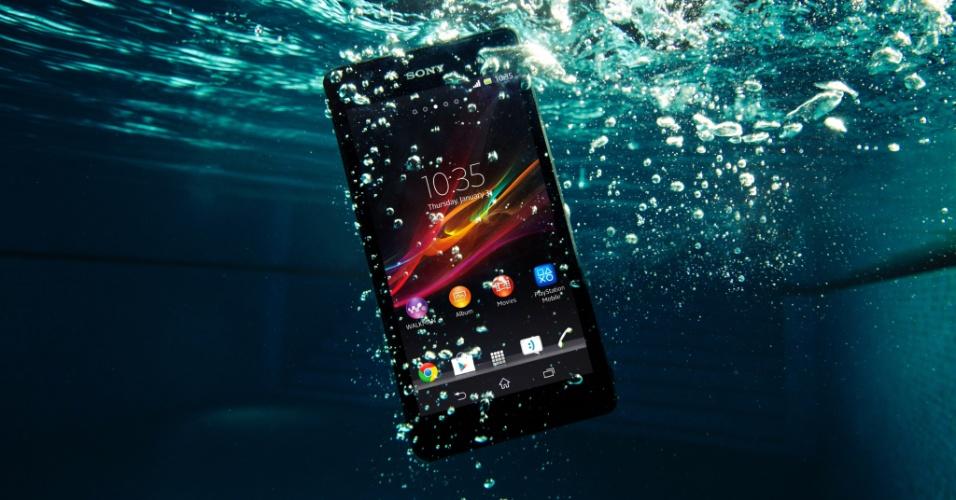 13.mai.2013 - A Sony Mobile apresentou em Londres (Reino Unido) o smartphone Xperia ZR. O aparelho traz como novidade a possibilidade de tirar fotos em baixo d'água com ele