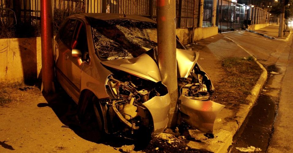 13.mai.2013 - Adolescentes em um carro roubado se envolveram em um acidente e ficaram feridos na marginal Tietê, próximo à ponte Júlio de Mesquita Neto, zona oeste de São Paulo. De acordo com a polícia, o veículo bateu de frente contra um poste. Equipes de resgate estiveram no local e socorreram os feridos