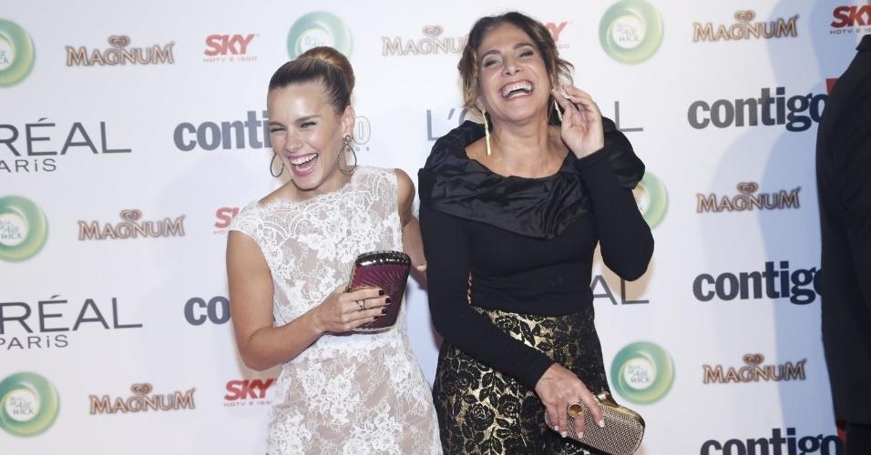 13.mai.2013 - As atrizes Carolina Dieckmann e Totia Meirelles se divertem ao chegar no 15º Prêmio Contigo!, no Copacabana Palace, no Rio de Janeiro