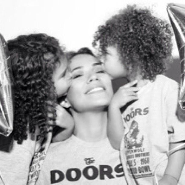 13.mai.2013 - Bia Antony, ex de Ronaldo, ganha beijo das filhas