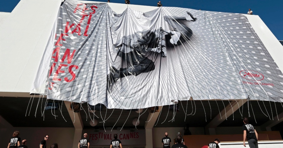 13.mai.2013 - Cartaz do Festival de Cannes 2013, com beijo de Paul Newman e Joanne Woodward em