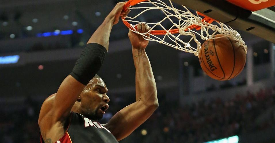 13.mai.2013 - Chris Bosh converte enterrada para o Miami Heat na vitória sobre o Chicago Bulls