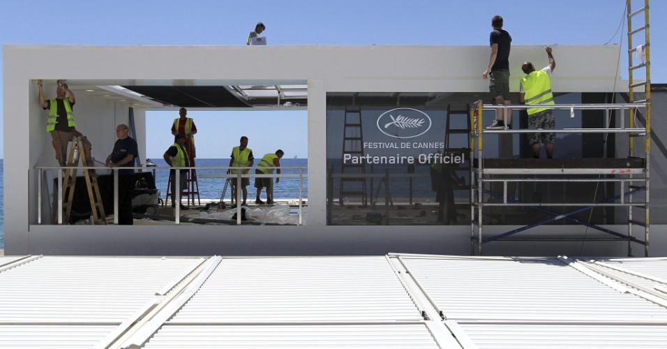 13.mai.2013 - Estande é montado na praia de Cannes nesta segunda-feira. O Festival de Cannes 2013 começa na quarta-feira