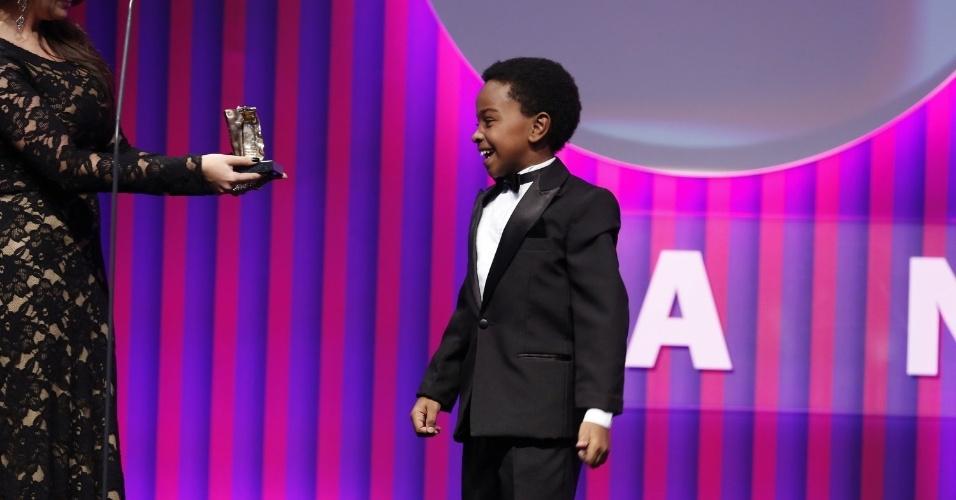 """13.mai.2013 - Jean Paulo Campos ganha o prêmio de melhor ator infantil por Cirilo de """"Carrossel"""" no 15º Prêmio Contigo!"""