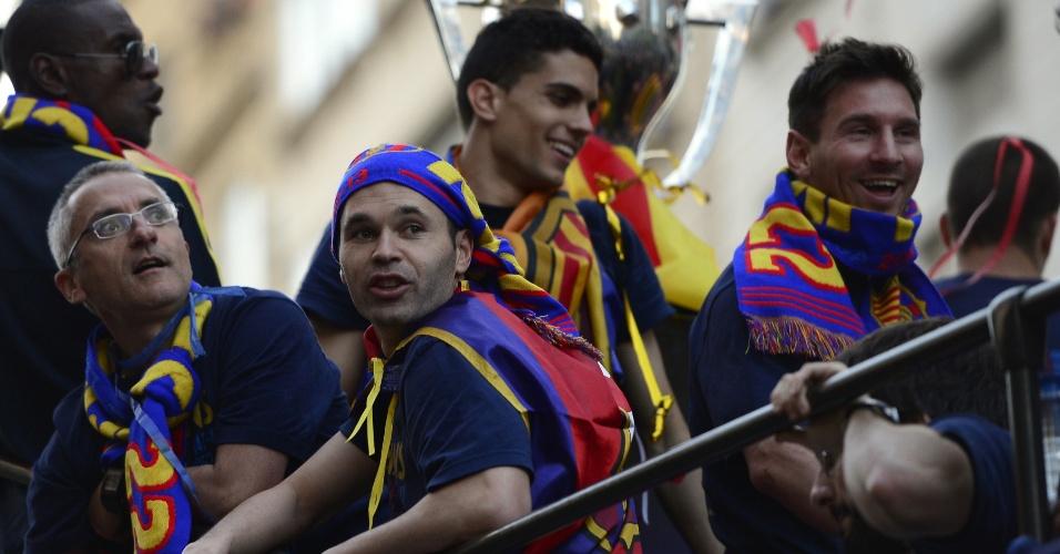 13.mai.2013 - Messi e Iniesta participam do desfile dos jogadores do Barcelona na festa do título espanhol