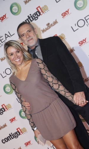 13.mai.2013 - O ator José de Abreu e a mulher Camila Mosquella chegam ao 15º Prêmio Contigo!, no Copacabana Palace, no Rio de Janeiro