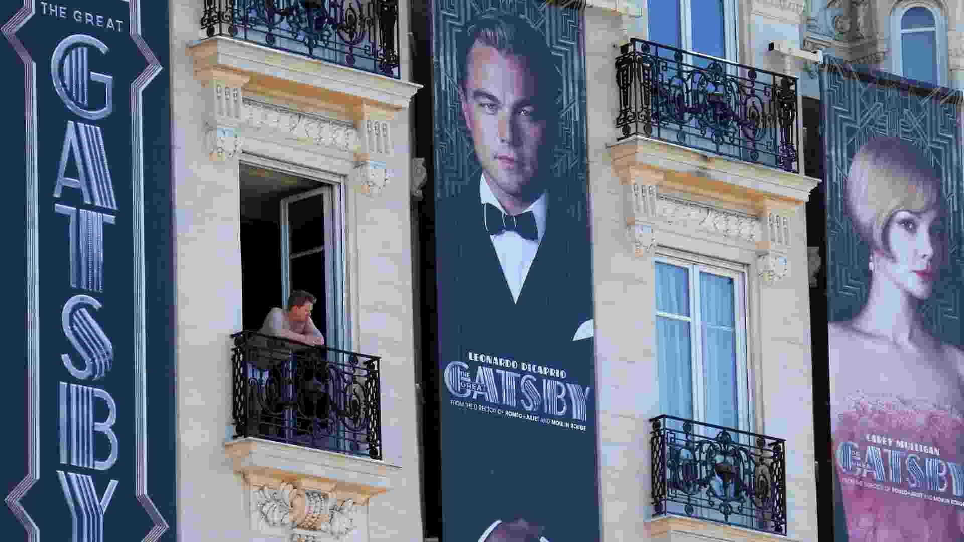 """13.mai.2013 - Pôsters do filme """"O Gande Gatsby"""" com os atores  Leonardo DiCaprio e Carey Mulligan são instalados na fachada do hotel Carlton, em Cannes.  O filme, escolhido para abrir o festival, será o segundo exibido em 3D na história do festival. O primeiro foi a animação """"Up ? Altas Aventuras"""", da Pixar, em 2009. O Festival de Cannes 2013 acontece entre os dias 15 e 26 de maio - Regis Duvignau/Reuters"""