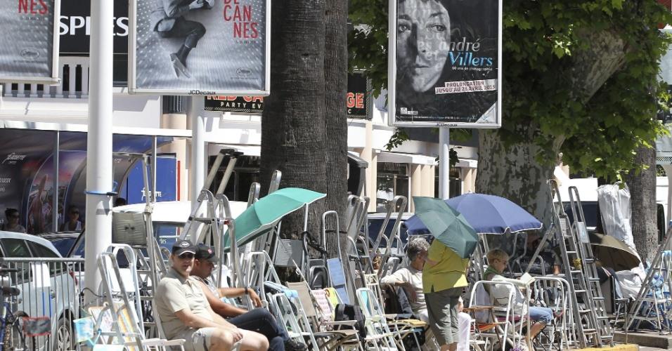 13.mai.2013 - Público já ocupa rua em frente ao Palácio dos Festivais, onde ocorre o Festival de Cannes, com cadeiras. O Festival de Cannes 2013 acontece entre os dias 15 e 26 de maio