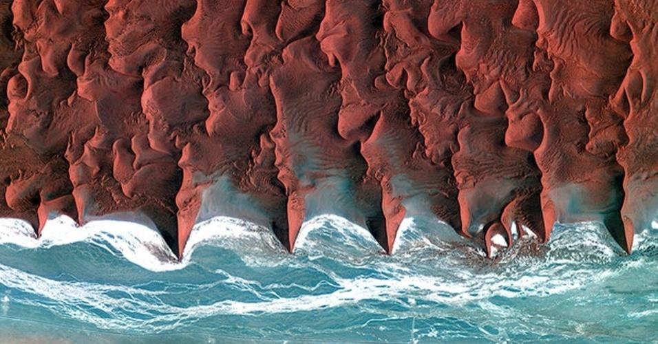 13.mai.2013 - Satélite coreano Kompsat-2 fez registro do deserto da Namíbia sendo cortado pelo rio Tsauchab