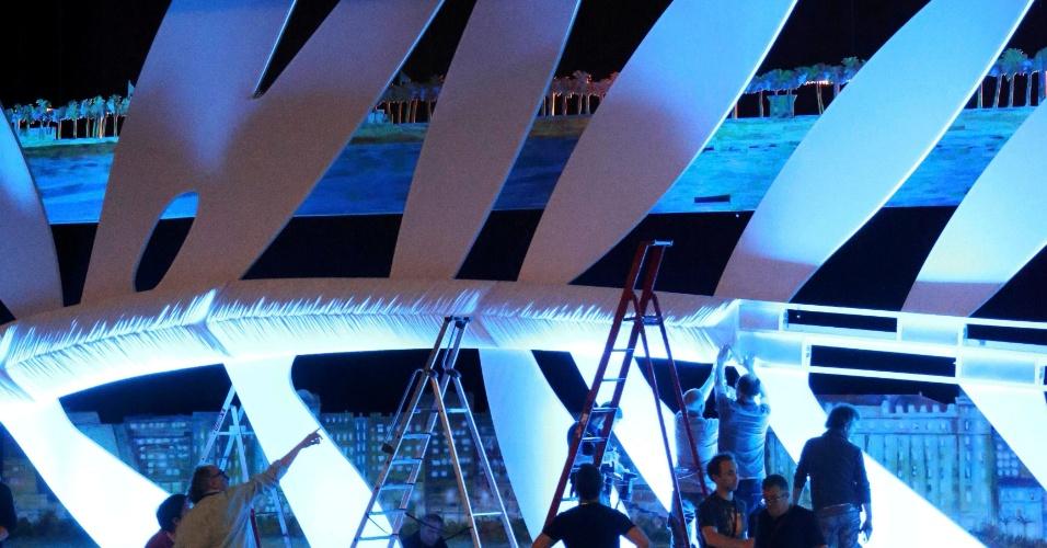 13.mai.2013 - Trabalhadores instalam uma gigante Palma de Ouro, símbolo do Festival de Cannes, no Grand Théâtre Lumière, onde ocorre a cerimônia de entrega dos prêmios. O Festival de Cannes 2013 acontece entre os dias 15 e 26 de maio