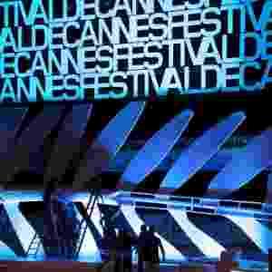 13.mai.2013 - Trabalhadores instalam uma gigante Palma de Ouro, símbolo do Festival de Cannes, no Grand Théâtre Lumière, onde ocorre a cerimônia de entrega dos prêmios.  O Festival de Cannes 2013 acontece entre os dias 15 e 26 de maio - Regis Duvignau/Reuters