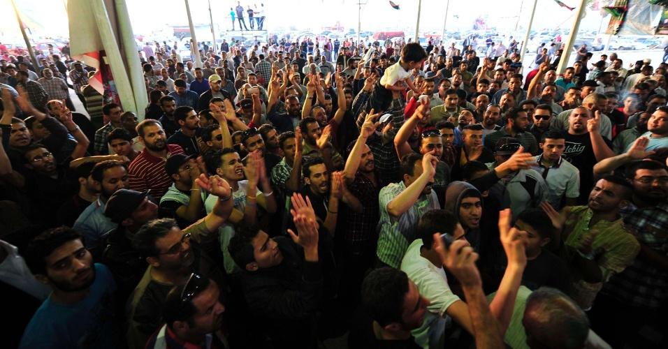 13.mai.2013 - Um carro-bomba matou pelo menos três pessoas nesta segunda-feira (13) em frente a um hospital de Benghazi, segunda maior cidade da Líbia, disseram médicos, em mais um sinal da crescente desordem no país.Centenas de pessoas indignadas se concentraram no local, atribuindo o atentado a milícias que ainda dominam as ruas de Benghazi, berço da rebelião que derrubou a ditadura de Muammar Gaddafi em 2011