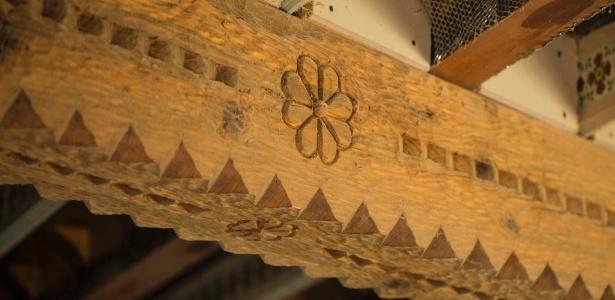 Isabro Ortega, um entalhador autodidata, esculpiu as vigas do teto de madeira de sua casa nos EUA - John Burcham/The New York Times
