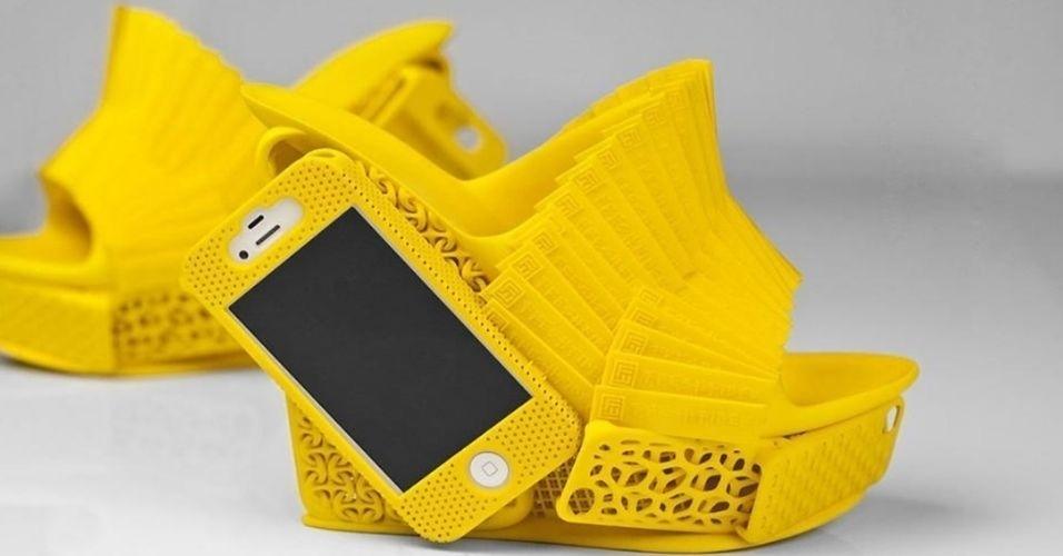 Em parceria com o site de projetos 3D FreshFiber, o designer Alan Nguyen criou o modelo de sapato acima usando uma impressora 3D. O principal destaque do calçado é que ele possui espaço para guardar um iPhone. Não há informações sobre preço