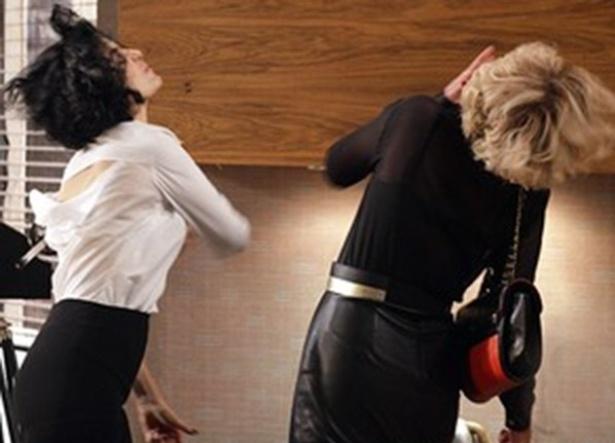 """Em """"Sangue Bom"""", Verônica flagra Bárbara e Natan na cama e bate na rival"""