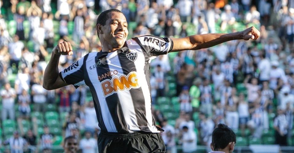 Gilberto Silva comemora gol na vitória sobre o Tombense, por 5 a 1, no Independência (5/5/2013)
