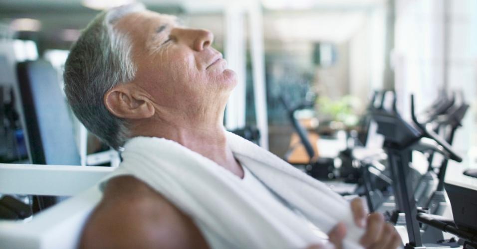 homem praticando exercício físico na academia, idoso, cansado