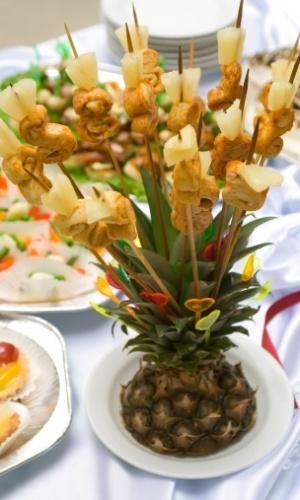 Tampa de um abacaxi serve de suporte para espetinhos de frutas