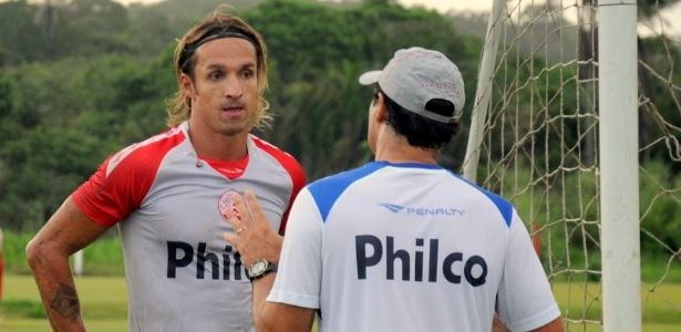 O goleiro Elinton realiza seu primeiro treino após acertar com o Náutico