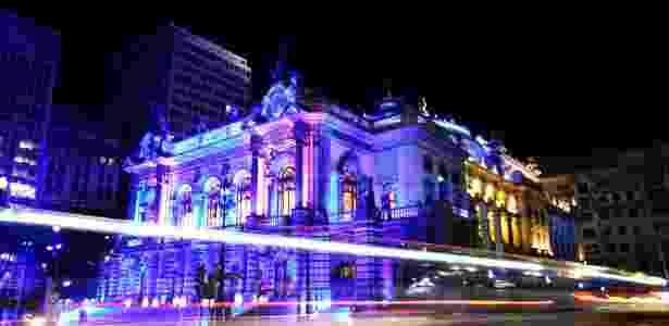 13.mai.2013 - Em imagem com técnica de longa exposição, o Theatro Municipal de São Paulo recebe iluminação especial. Um concerto marcou a abertura do ano da Alemanha no Brasil. Além do azul, também foram acesas luzes com as cores da bandeira alemã - amarelo, vermelho e preto - e do Brasil - Gabriela Biló/Futura Press