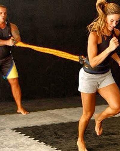 13.mai.2013 - Para potencializar os exercícios aeróbios, Dany Bananinha usa o cintro de tração enquanto corre