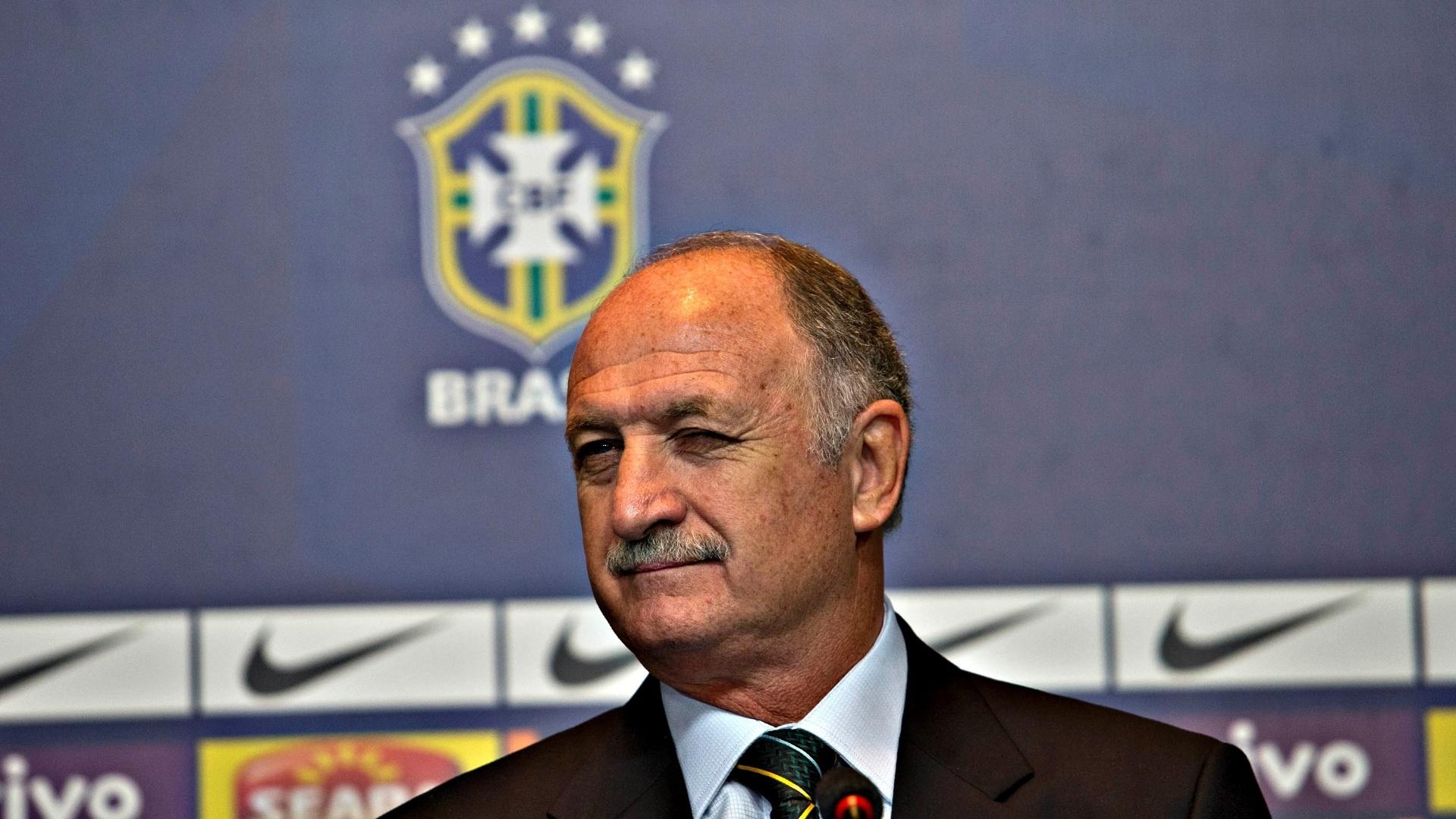 14.mai.2013 - Luiz Felipe Scolari ao chegar na coletiva de imprensa em que anunciou a convocação da seleção para a Copa das Confederações