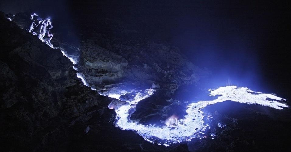 14.mai.2013 - O Kawah Ijen faz parte de uma cadeia de estratovulcões de Java, na Indonésia. O termo se refere ao formato de cone do vulcão, que foi desenhado pelo material expelido durante as erupções - no caso desta cratera ácida, foi o enxofre