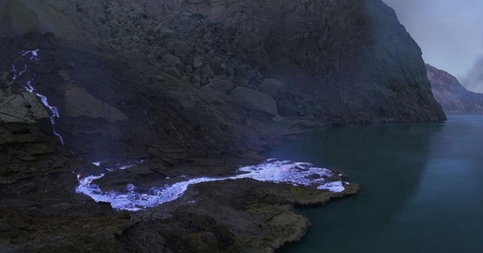 """14.mai.2013 - Martin Rietze passa cerca de 15 dias em cada local para fotografar a atividade vulcânica, para acompanhar todo o processo. Durante sua passagem pela Indonésia, em junho de 2008, ele ficou fascinado pelo """"rio de enxofre"""" que escorreu pelo Kawah Ijen"""