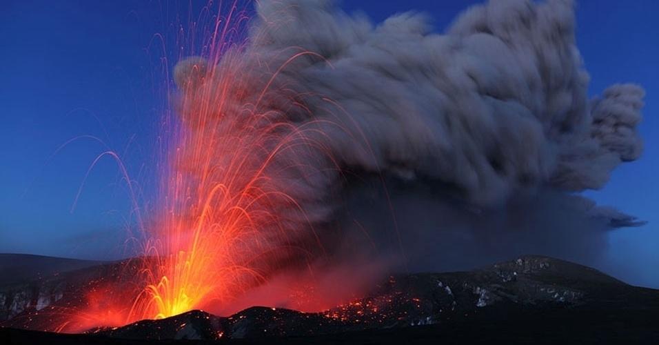 14.mai.2013 - O fotógrafo alemão fez também imagens das erupções estrombolianas do Eyjafjallajökull, na Islândia, que chegaram a mil metros de altura em maio de 2010. Esse tipo de explosão, que solta fragmentos de rochas quentes, gases e cinza, formando arcos luminosos no céu, é causado pelo acúmulo de gases que sobe mais rápido do que o magma