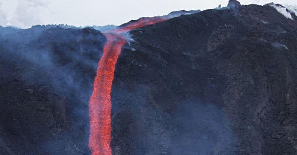 14.mai.2013 - A lava expelida pelo Eyjafjallajökull escorre pelo vale Hrunagil, na Islândia, em maio de 2010. O vulcão foi responsável por dar um verdadeiro nó no sistema de aviação da Europa ao expelir uma densa nuvem, conhecida por atrapalhar a visão dos pilotos e interromper o funcionamento das turbinas