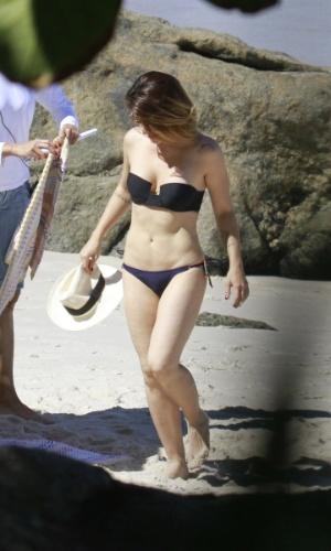 """14.mai.2013 - A atriz Cléo Pires (Bianca) faz topless durante a gravação de """"Salve Jorge"""" na praia do Obrico, no Rio de Janeiro"""