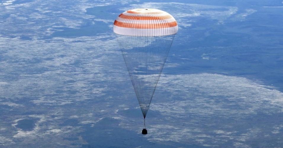 14.mai.2013 - A cápsula espacial russa Soyuz chega à Terra trazendo tripulação de três astronautas que realizaram missão de quase cinco meses na Estação Espacial Internacional