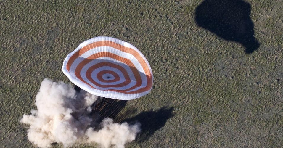 14.mai.2013 - Cápsula russa Soyuz TMA-07 aterrisa nas estepes do Cazaquistão, a 150 km a sudeste da cidade de Zhezkazgan, com três astronautas a bordo