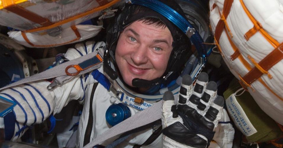 14.mai.2013 - Cosmonauta russo Roman Romanenko é visto dentro da cabine da nave russa Soyuz após a aterrissagem a aterrissando a 150 km a sudeste da cidade de Zhezkazgan, no centro do Cazaquistão