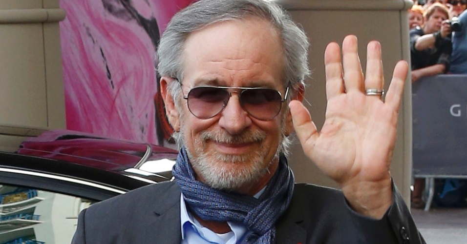 14.mai.2013 - Diretor Steven Spielberg, presidente do júri do Festival de Cannes, acena para os fotógrafos ao chegar no Grand Hyatt Cannes Hotel Martinez na véspera da abertura do festival