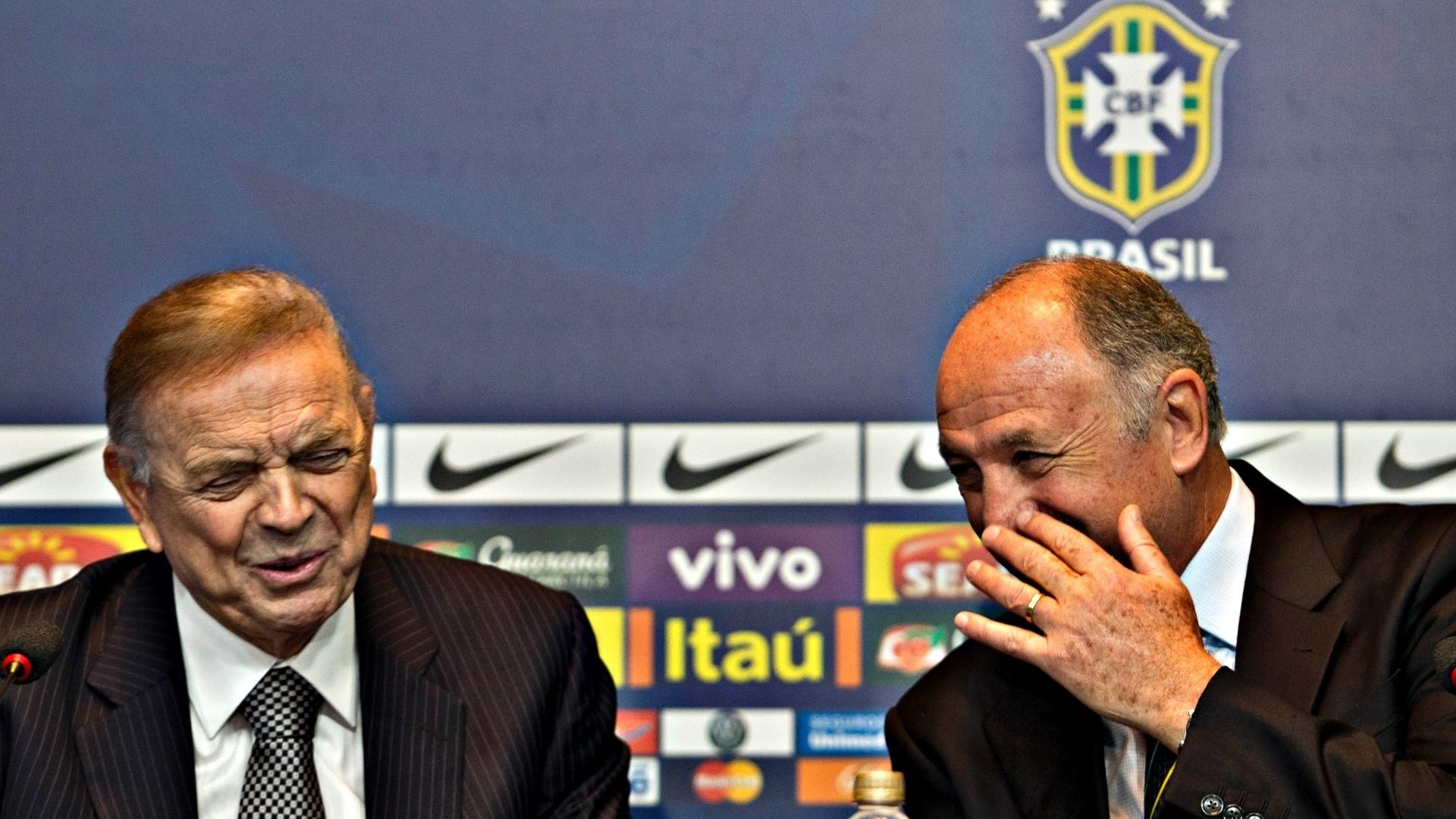 14.mai.2013 - Felipão dá risada ao conversar com o presidente da CBF, José Maria Marin, durante a convocação da seleção para a Copa das Confederações
